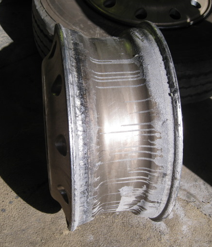 Tyre Rim- note Balancing Powder and Rim damage from entrapped Powder between Tyre Bead and Rim